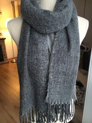 Flauschiger Schal in Grau