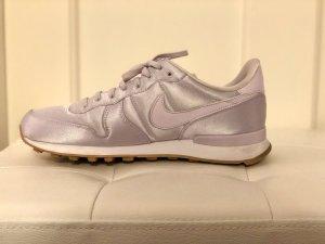 Flieder farbener Nike Internationalist