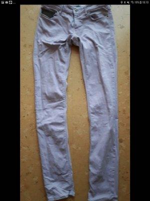 fliederfarbene Jeans
