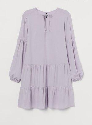 Fliederfarbenes leichtes kurzes Sommerkleid oder Strandkleid