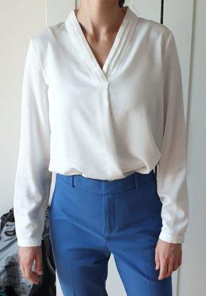 Fließende weiße Bluse mit V-Ausschnitt