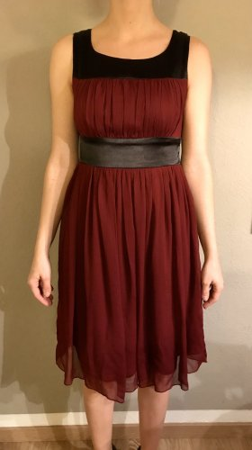 Fließendes beerenfarbiges Kleid Größe 34
