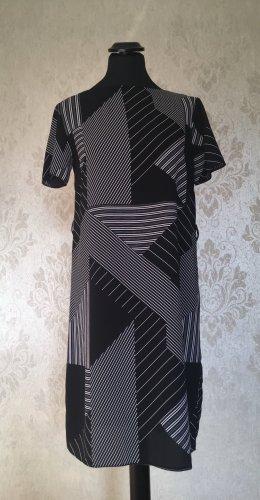 Fließendes Kleid mit Mustern