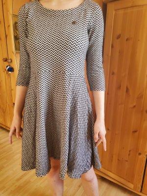 flippiges Kleid in grafischem Muster