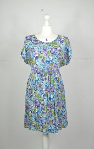 Florales Sommerkleid in hellen Tönen
