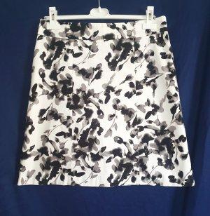 Frecher Minirock von H&M in weiß mit modernem All-Over-Print in Größe 40