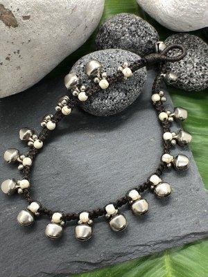 Fußkette 16 silberfarbene Glöckchen wollweiß marmorierte Mini Perlen 25 cm Länge