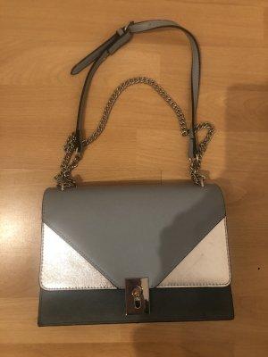 Gebrauchte Tasche in hellblau-grau abzugeben