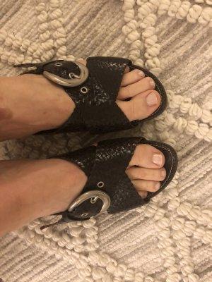 Geflochtene dunkelbraune Sandaletten, 39