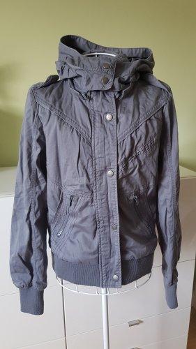 Gefütterte Jeansjacke in Blau/Grau