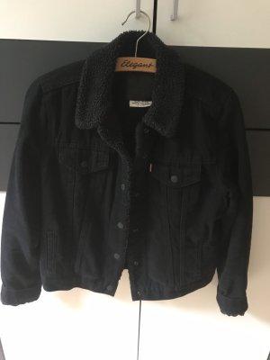 Gefütterte Levi's Jeansjacke in schwarz
