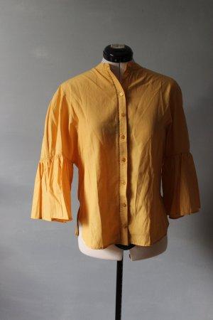 gelbe Bluse mit weiten Ärmeln