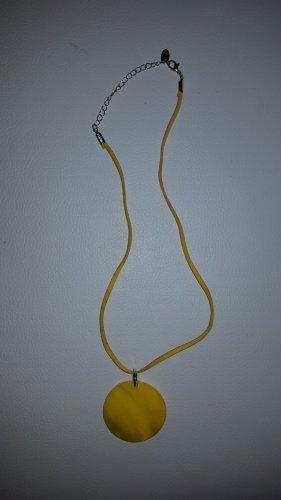Collar de conchas amarillo