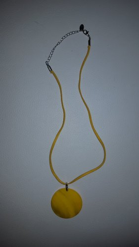 Collier de coquillages jaune