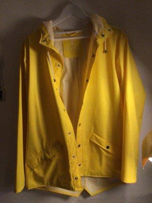 Gelbe Regenjacke mit Kaputze