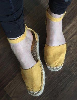 Gelbe Sandalen mit einer Sohle aus Korb