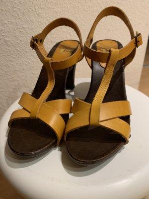 Gelbe Sandalen mit Holzabsatz