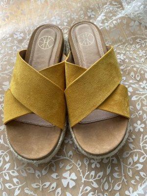 Sandalo con tacco giallo-oro
