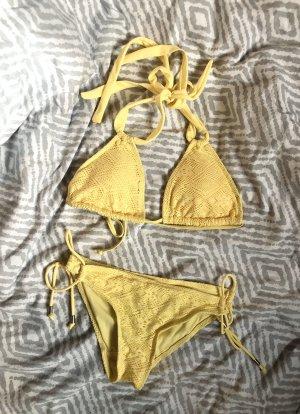 Gelber Triangel-Bikini