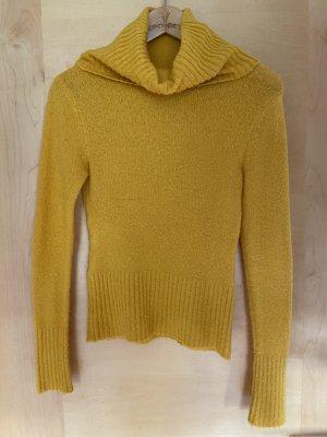 Gelber Wollpullover