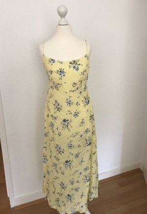 Gelbes Kleid mit Blumenmuster von Stradivarius
