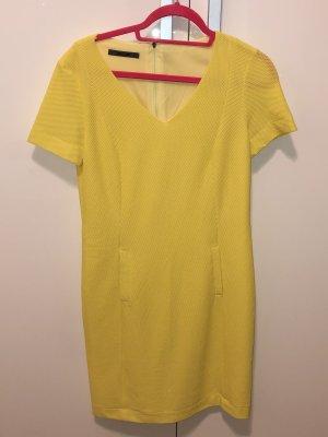 Gelbes Kleid mit V-Ausschnitt und Lochmuster von Jean Paul in S
