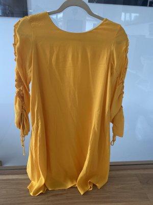 Gelbes, luftiges Kleid mit Applikationen an den Ärmeln