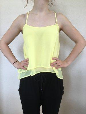 Gelbes Sommertop mit raffiniertem Rücken