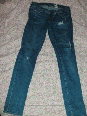 Gemütliche Jeans mit Löchern