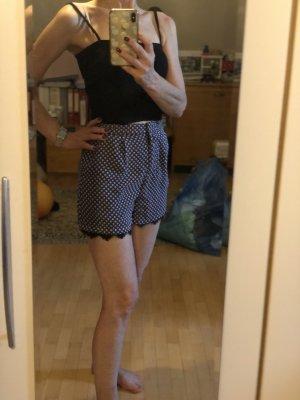 Gemusterte Shorts mit Spitzenborte