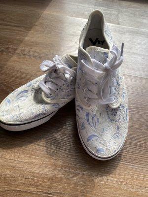Gemusterter weiß/ hellblauer Schuh