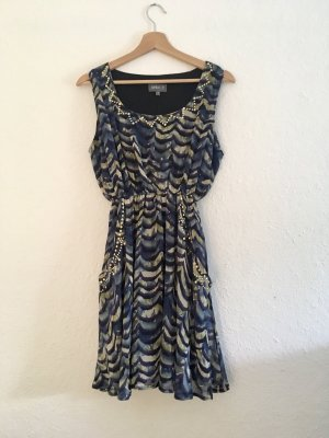 Gemustertes Kleid mit goldenen Details