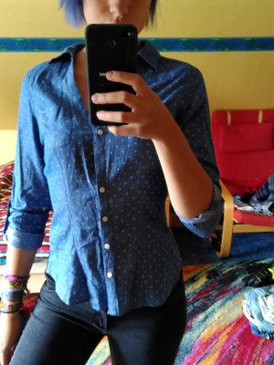 Gepunktete Bluse mit Ausschnitt