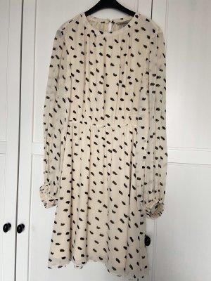 Gepunktetes Chiffon-Kleid
