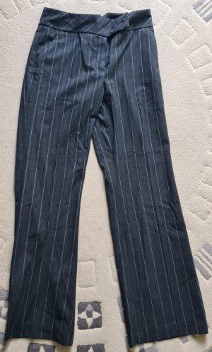 Gerade geschnittene schwarze Hose mit weißen dünnem Linien