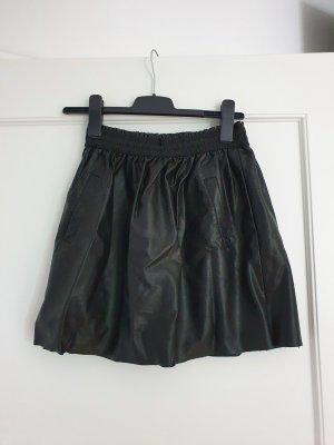 geraffter Kunstlederrock schwarz mit Taschen