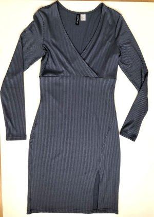 Geripptes grau-blaues Kleid