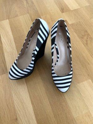 Gestreife Schuhe mit Keilabsatz