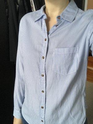 gestreifte, hellblaue Bluse mit Patches