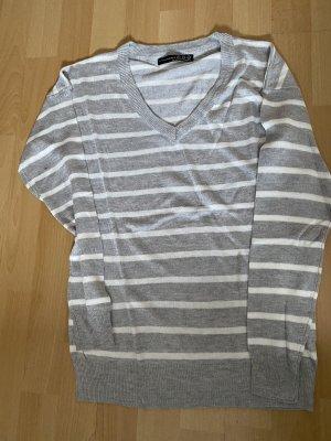 Gestreifter neuer Pullover