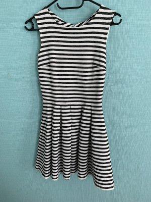 Gestreiftes Kleid mit offenen Rücken