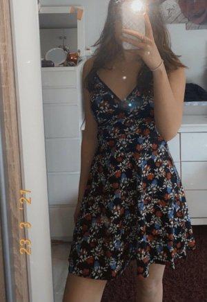 girly sommerkleid minikleid blumen schwarz rot blau v-ausschnitt