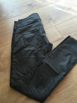 Glänzend schwarze Hose
