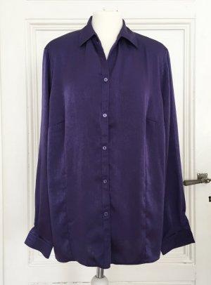 Glänzende Bluse in einem Blauton / Lilaton
