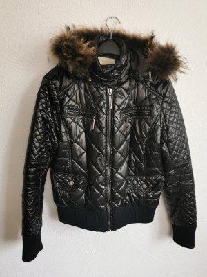 Glänzende Jacke mit Kapuze und Fell