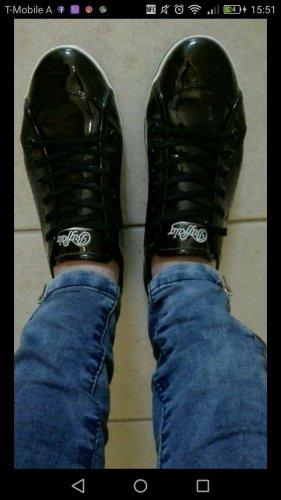 Glänzende schwarze Sneaker