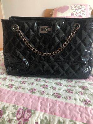 Glänzende schwarze Tasche mit Metallhänkel