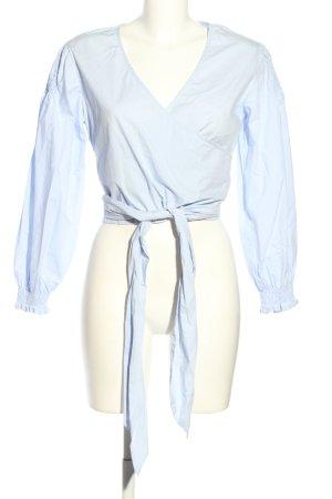 Glamorous Blusa cruzada azul look casual