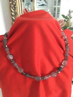 Glasperlenkette mit grauen Perlen, die funkeln. 45 cm.