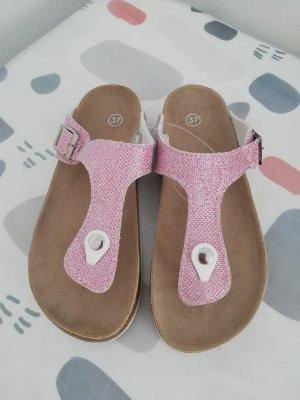 Sandały na obcasie z paskiem w kształcie litery T różany
